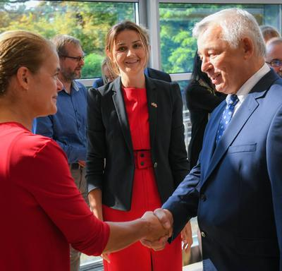 The Governor General shakes hands with an employee of the Embassy of Canada to Poland.