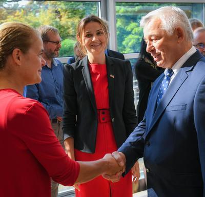 La gouverneure générale serre la main d'un employé de l'ambassade du Canada en Pologne.