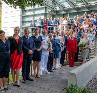 Une photo de groupe des employés de l'ambassade du Canada en Pologne.