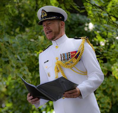 Un officier canadien lit une citation lors d'une cérémonie de remise de distinctions honorifiques canadiennes.