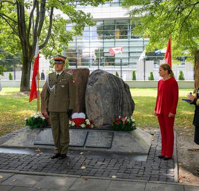 Un membre actif de l'armée polonaise se tient au garde-à-vous avant de recevoir une Décoration pour service méritoire.