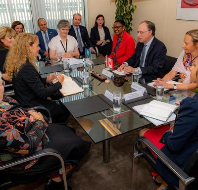 La gouverneure générale assise à une table avec l'ambassadeur du Canada aux Pays-Bas et un groupe d'employés de l'OPCW.