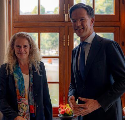 La gouverneure générale du Canada et le premier ministre des Pays-Bas prennent une photo ensemble.