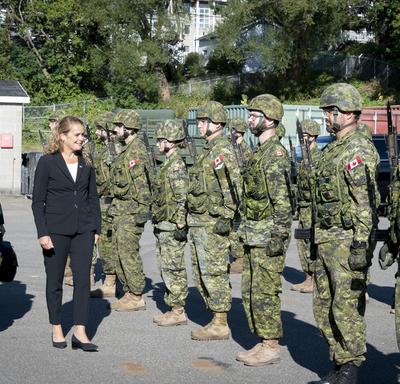 La gouverneure générale inspecte la garde d'honneur.