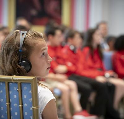 Une jeune élève écoute attentivement pendant la période de questions et réponses avec la gouverneure générale.