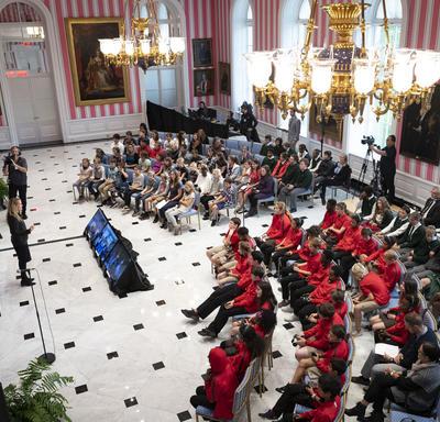 Une photo de la salle de la tente remplie d'élèves et d'enseignants lors d'une séance de questions et réponses avec la gouverneure générale.