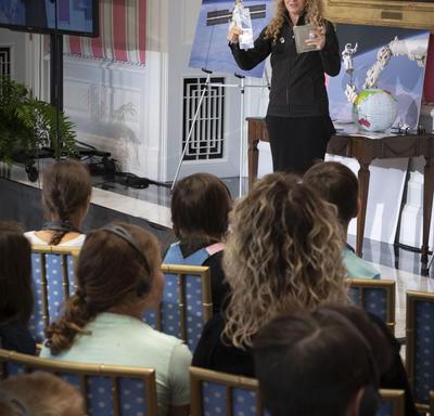 La gouverneure générale s'adresse à la foule d'élèves et d'enseignants et leur montre comment les repas sont préparés pour les astronautes dans l'espace.
