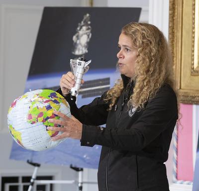 La gouverneure générale explique comment les fusées et la Station spatiale internationale orbitent autour de la Terre.