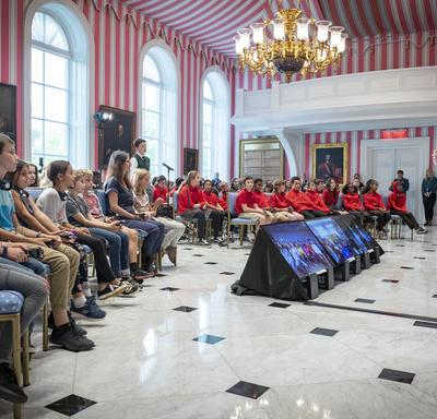Plus d'une centaine d'élèves et d'enseignants s'assoient et font face à la gouverneure générale dans la Salle de la Tente de Rideau Hall alors qu'ils participent à une séance de questions et réponses.
