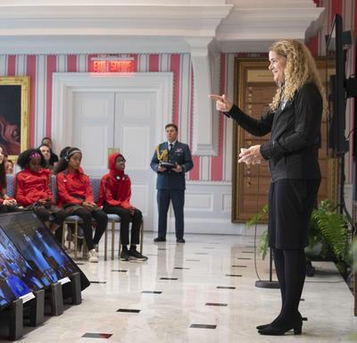La gouverneure générale s'adresse aux élèves dans la Salle de la tente et dans les salles de classe virtuelles qui y participent.