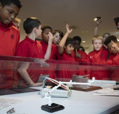 Des élèves visitent l'exposition Oser rêver à Rideau Hall.