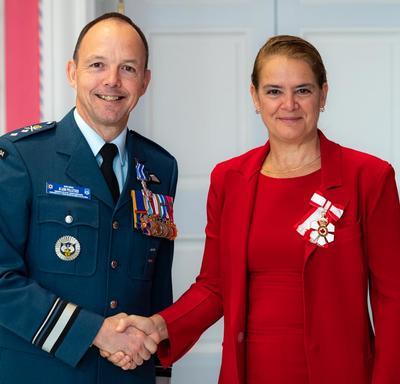 La gouverneure générale serre la main du brigadier-général Pelletier.