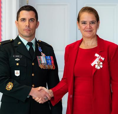 La gouverneure générale serre la main de l'adjudant Côté.