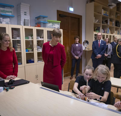 President Kersti Kaljulaid and the Governor General are talking to students.