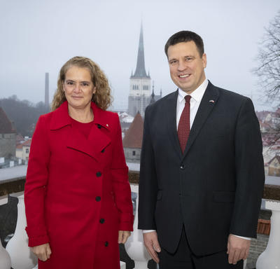 The Governor General is standing beside Prime Minister Jüri Ratas.
