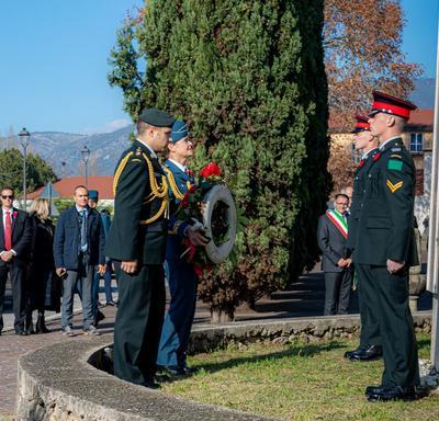 La gouverneure générale Julie Payette, vêtue des uniformes des Forces aériennes canadiennes, se tient devant le Monument du Governor General's Horse Guards, à Aquino.