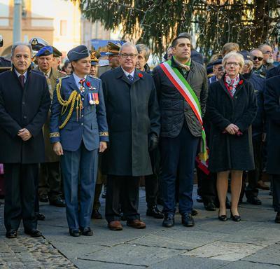 La gouverneure générale se tient aux côtés d'autres représentants officiels.