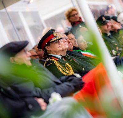 La gouverneure générale est assise pendant la cérémonie.