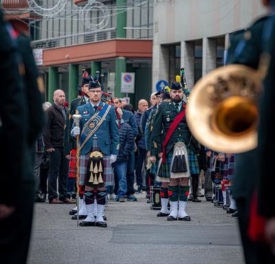 Des membres des Forces armées canadiennes marchent.