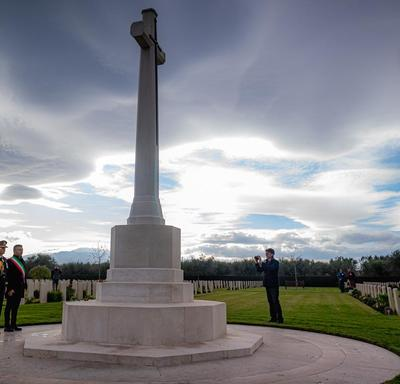 The Governor General salutes a cross.