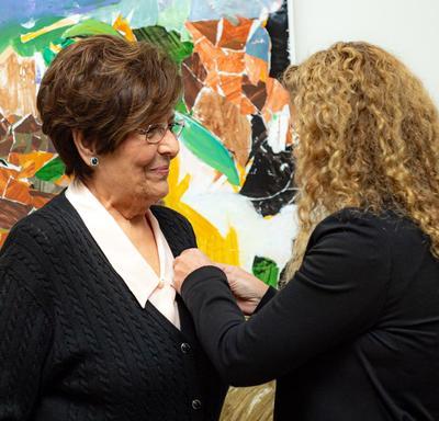 La gouverneure générale a remis à Mme Mariangela Rondinelli la Médaille du souverain pour les bénévoles.