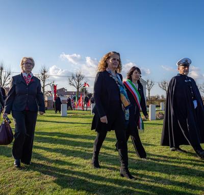 La gouverneure générale se promène dans le cimetière de guerre canadien de Villanova.