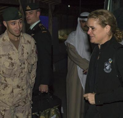 The Governor General meets Maj Nicolas Paquet, Joint Task Force- Irak J3-3.
