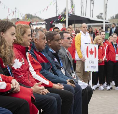 La gouverneure générale assiste à la cérémonie de lever du drapeau.