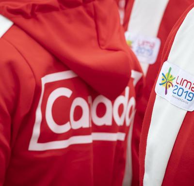Des manteaux d'Équipe Canada.