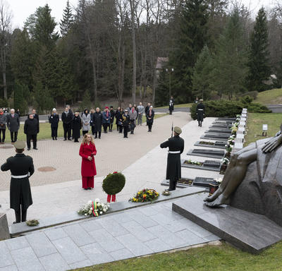 The Governor General laid a wreath at the monument.
