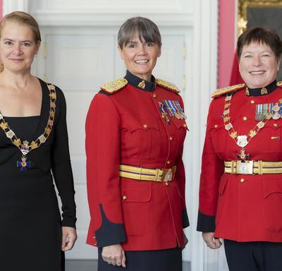 Brenda Butterworth-Carr pose avec la gouverneure générale et la commissaire de la GRC Brenda Lucki.  Tous les trois portent leur insigne.