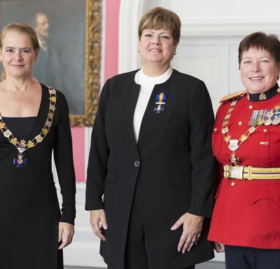 Ann King pose avec la gouverneure générale et la commissaire de la GRC Brenda Lucki.  Tous les trois portent leur insigne.
