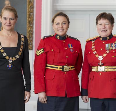 Michelle Mosher pose avec la gouverneure générale et la commissaire de la GRC Brenda Lucki.  Tous les trois portent leur insigne.