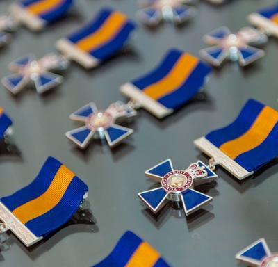 L'insigne de l'Ordre du mérite des corps policiers étalé sur une table.