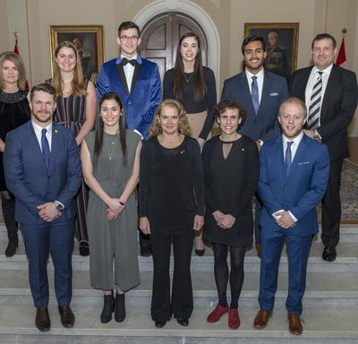 La gouverneure générale Julie Payette pose avec les récipiendaires de la Mention élogieuse académique pancanadienne du Gouverneur général pour 2017-2018.