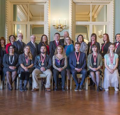 La gouverneure générale et les récipiendaires des Prix d'histoire du Gouverneur général 2018 posent pour une photo de groupe.