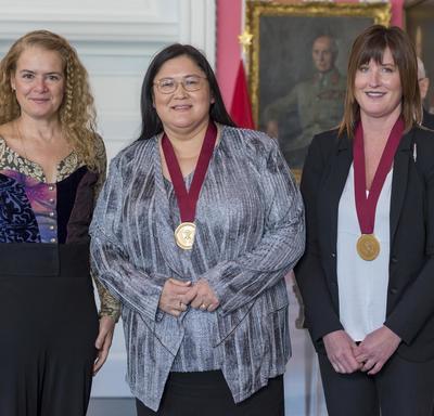 La gouverneure générale pose pour une photo aux côtés de Maxine Hildebrandt et Lisl Gunderman.