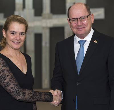 His Excellency Urban Christian Ahlin, Ambassador of the Kingdom of Sweden, shakes hands with the Governor General.