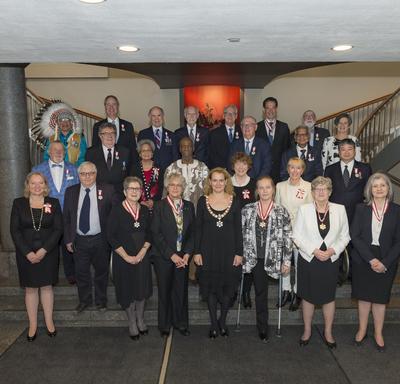 Une photo de groupe des 24 récipiendaires de l'Ordre du Canada et de la gouverneure générale.