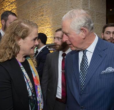 La gouverneure générale et son Altesse Royale le prince de Galles se parlent au cinquième Forum mondial sur l'Holocauste.