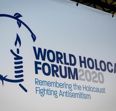 Un panneau du cinquième Forum mondial sur l'Holocauste.