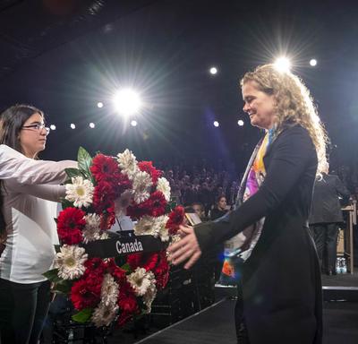 La gouverneure générale a déposé une couronne pour commémorer les victimes de l'Holocauste lors du cinquième Forum mondial sur l'Holocauste.