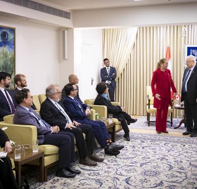 La gouverneure générale et le Président Rivlin rencontrent les membres de la délégation.