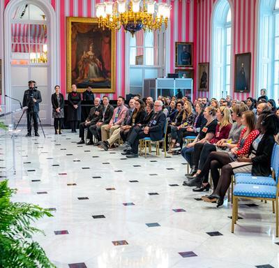 La gouverneure générale s'adresse à un groupe d'enseignants à partir d'un podium.