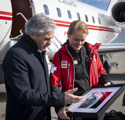 La gouverneure générale présente au maire de Thunder Bay une photo de la ville prise depuis l'espace.