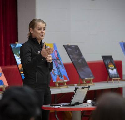 La gouverneure générale fait une présentation dans une école secondaire.