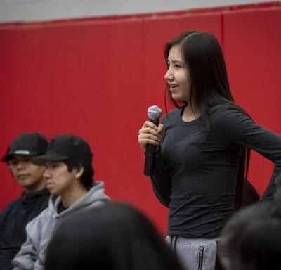 Une élève pose une question à la gouverneure générale lors d'une séance de questions et réponses.