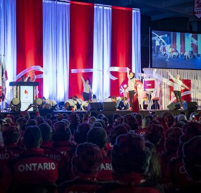 Des danseurs performent sur scène lors de la cérémonie d'ouverture des Jeux olympiques spéciaux d'hiver du Canada Thunder Bay 2020.