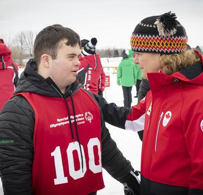 La gouverneure générale et un athlète en conversation profonde.