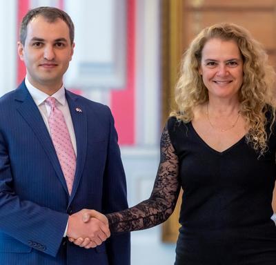 La gouverneure générale serre la main de l'ambassadeur désigné de la République du Kosovo.